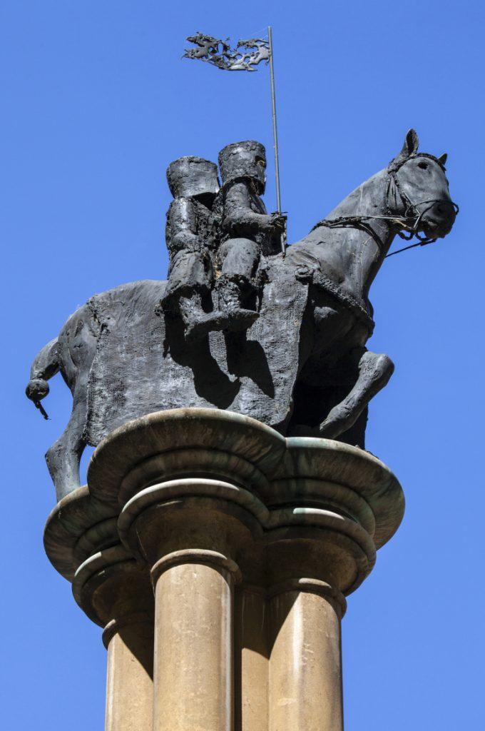 שני אבירים על סוס אחד