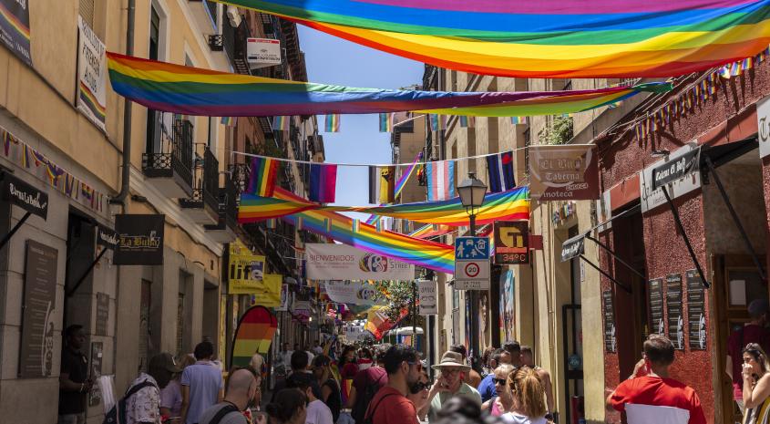 שכונת צ'ואקה במדריד, עם קישוטי חגיגות יום הגאווה