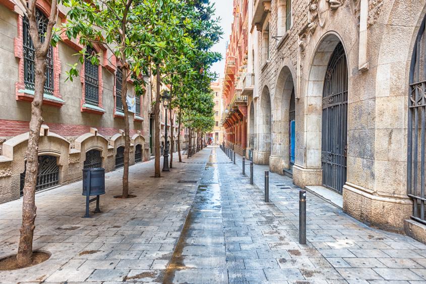 רחוב ציורי ברובע לה ריברה העתיק של ברצלונה