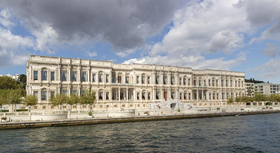 מבט מהים על מלון צ'יראן פאלאס קמפינסקי איסטנבול. זהו מלון 5 כוכבים יוקרתי, בצד האירופי של העיר.
