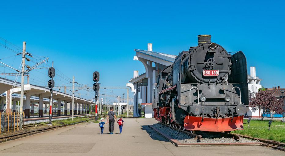 רכבת עתיקה מוצגת בתחנת הרכבת של קלוז-'נאפוקה