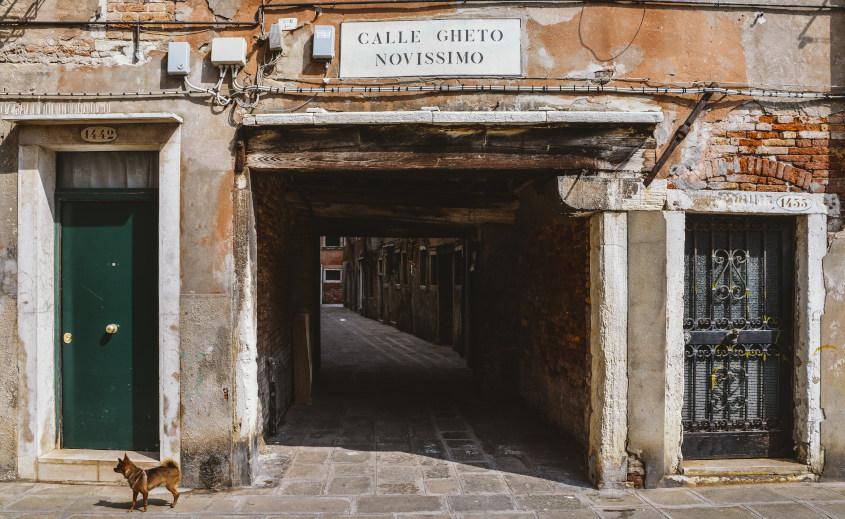 כניסה לסמטה עתיקה בגטו היהודי של ונציה, הממוקם ברובע קנרג'יו