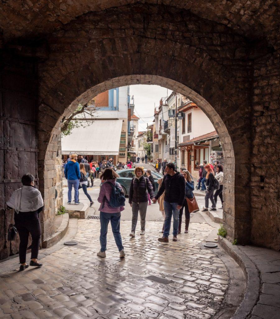 תיירים בכניסה הראשית למבצר ימי הביניים של יואנינה