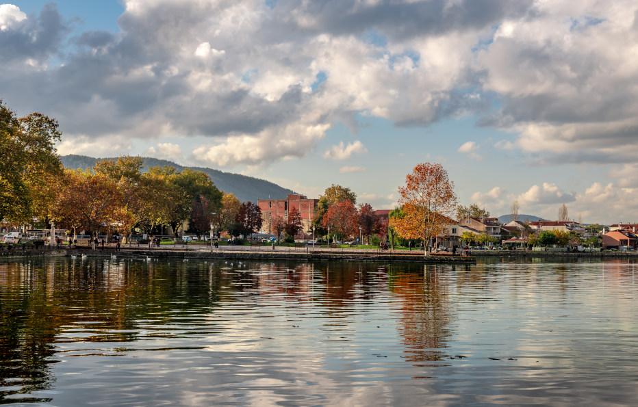 אגם פמבוטיס והעיר יואנינה, השוכנת על גדותיו של האגם
